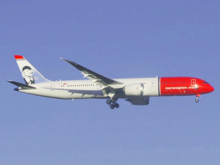 Norwegian_Air_Shuttle_Boeing_787-9_Dreamliner_EI-LNI_(Greta_Garbo)_approaching_JFK_Airport