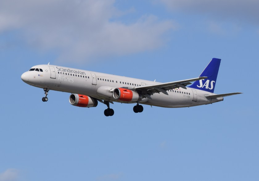 SAS_Scandinavian_Airlines_Airbus_A321-200_(OY-KBB)_arrives_London_Heathrow_11Apr2015_arp