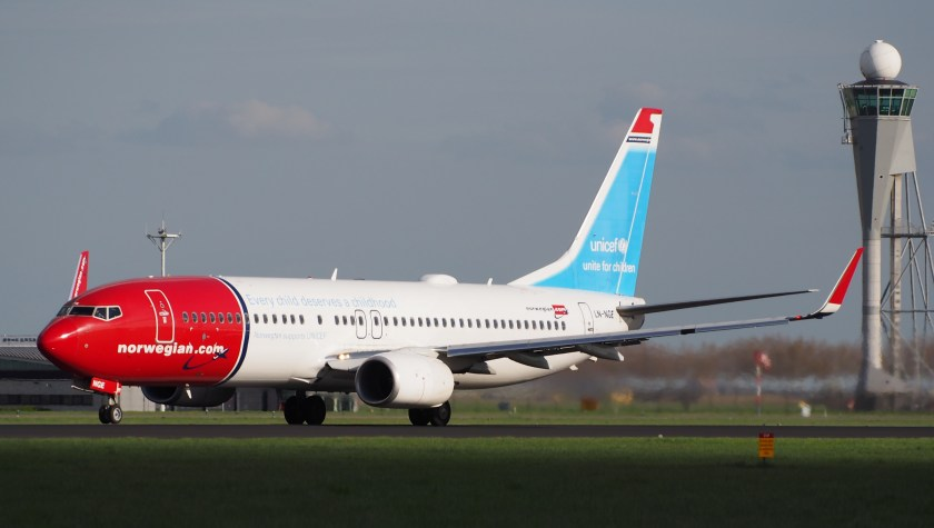 LN-NGE_Norwegian_Air_Shuttle_Boeing_737-8JP(WL)_takeoff_from_Polderbaan,_Schiphol_(AMS_-_EHAM)_at_sunset,_pic1