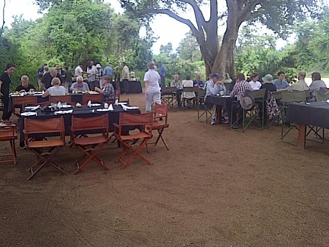 Frukost utomhus vid Fig Trees - chisomo