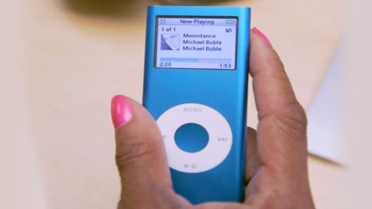 : Sept. 2005: 1.5 ouncesDesigned to replace the iPod mini, the nano was the smallest MP3 player on the market when released. The nano was sold in two colors -- white and black. A second generation was released a year later that had aluminum casing and came in five different colors.