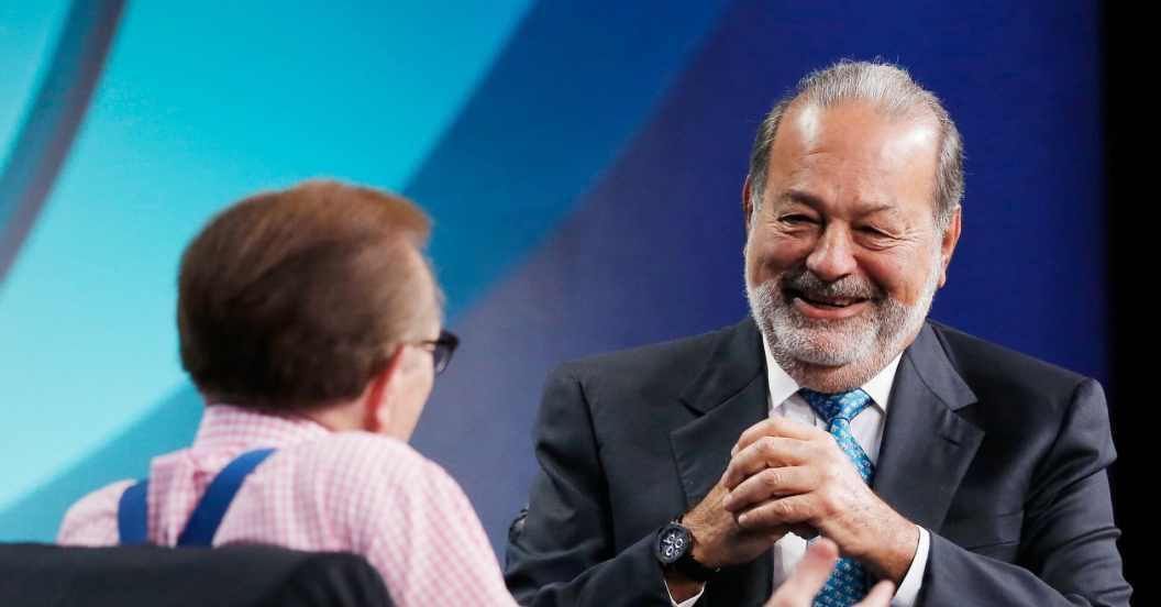 Larry King, a la izquierda, habla con el multimillonario Carlos Slim en la Conferencia Mundial del Instituto Milken.