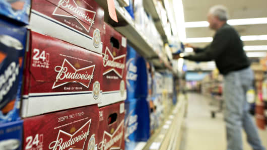 Un cliente compra en un supermercado en Princeton, Illinois.
