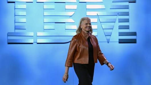 La presidenta, presidenta y directora general de IBM, Ginni Rometty, llega para su discurso de apertura en el CES 6 de enero de 2016 en Las Vegas.