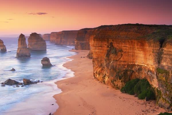 Die Twelve Apostles Wahrzeichen von Australiens Great Ocean Road bei Sonnenaufgang.
