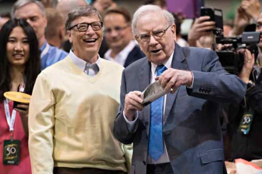 Warren Buffett, presidente y director ejecutivo de Berkshire Hathaway Inc., a la derecha, conversa con Bill Gates, multimillonario y copresidente de la Fundación Bill y Melinda Gates mientras viajan por la planta de exposición durante la reunión anual de accionistas de Berkshire Hathaway Inc. en Omaha , Nebraska.