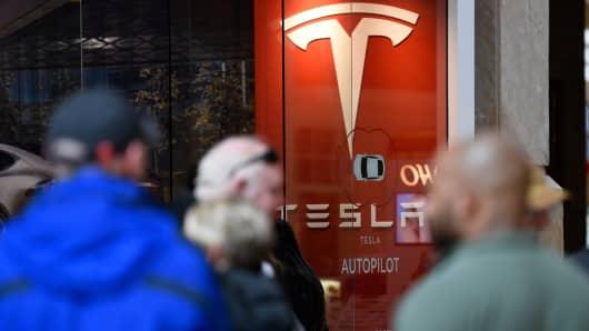 Los fanáticos de Tesla hacen largas colas para comprar el nuevo Tesla en marzo de 2016.