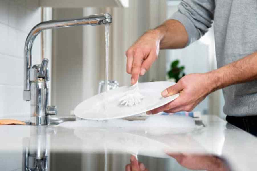 Hombre lavando platos