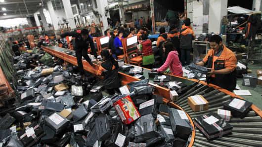 Empleados de STO Express ordenando envíos dentro del caos reinante
