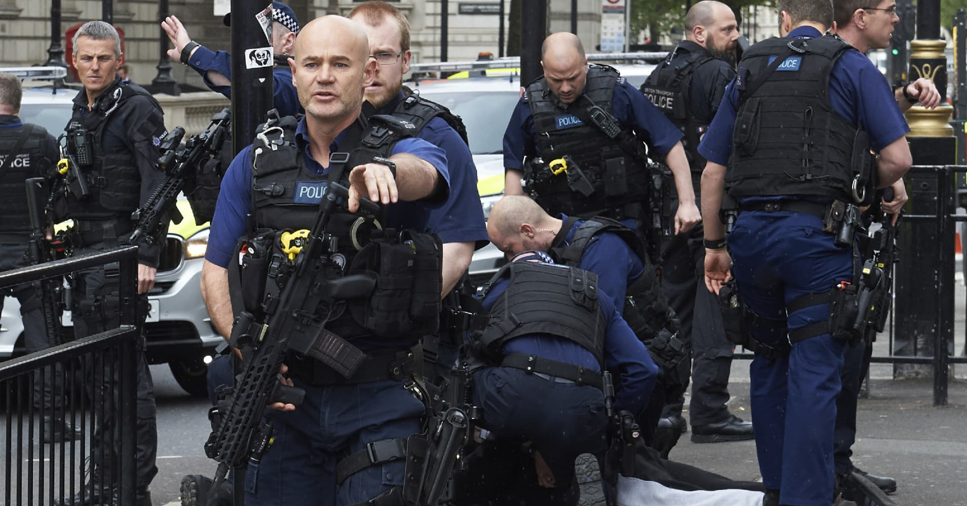 Uk Police Detain Man With Knives On Terror Charge Near Pm