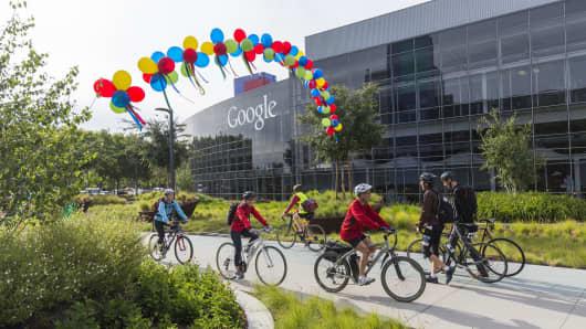 Los empleados de Google llegan después de montar en bicicleta para trabajar en Googleplex en Mountain View, CA.