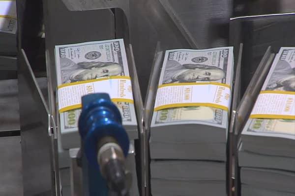 Uma quantia em dinheiro de US $ 1.000 por mês aumentaria a economia