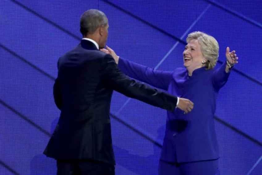 Candidata presidencial demócrata Hillary Clinton con el ex presidente estadounidense Barack Obama en la Convención Nacional Demócrata de 2016.