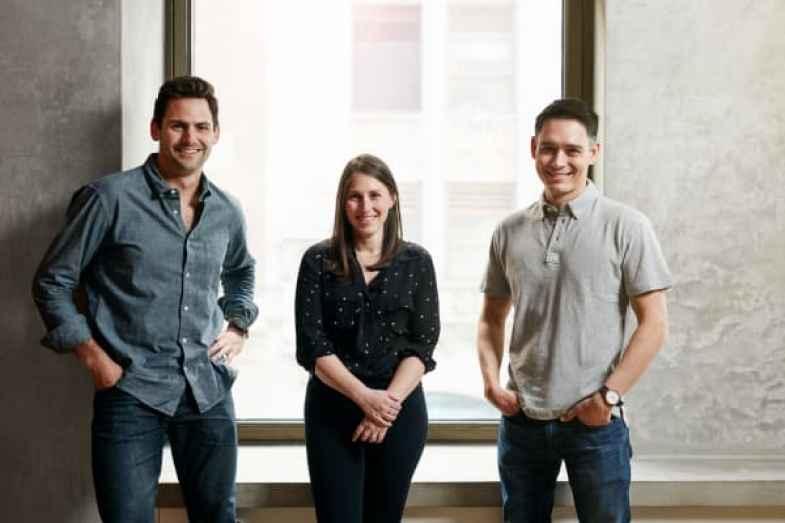 Los cofundadores plateados Nick Taranto, Elana Karp y Josh Hix (L a R).