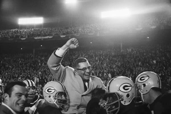 Vince Lombardi es llevado por los jugadores de Green Bay Packers después de derrotar a los Dallas Cowboys.