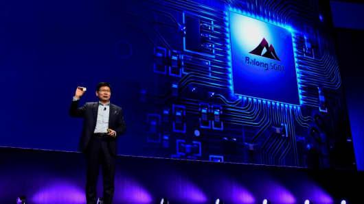 El CEO de Huawei, Richard Yu, da una conferencia de prensa para presentar el nuevo Huawei Balong 5G01, un chipset comercial 3GPP 5G el 25 de febrero de 2018 en Barcelona, en vísperas de la inauguración del Mobile World Congress (MWC).