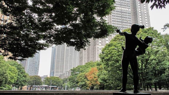 Οι ουρανοξύστες, συμπεριλαμβανομένου του πύργου Mode Gakuen Cocoon, είναι ορατοί, με άγαλμα στο προσκήνιο, στο Shinjuku Central Park, ένα δημόσιο πάρκο στην αίθουσα Shinjuku του Τόκιο της Ιαπωνίας.