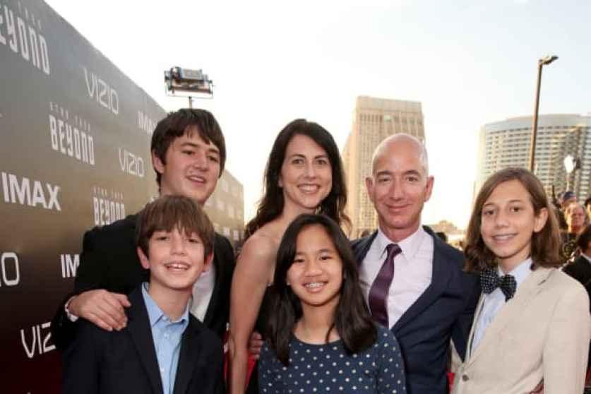 CEO de Amazon.com Jeff Bezos y su familia asisten al estreno de 'Star Trek Beyond' de Paramount Pictures en Embarcadero Marina Park South el 20 de julio de 2016 en San Diego, California.