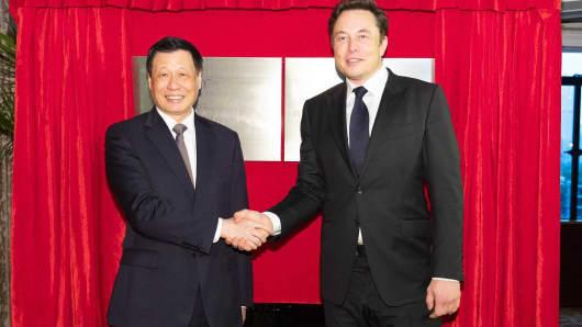 El alcalde de Shanghai, Ying Yong, y el presidente y consejero delegado de Tesla, Elon Musk, posan en una placa para el Centro de Innovación y Desarrollo de Vehículos Eléctricos de Tesla (Shanghai) Ltd.