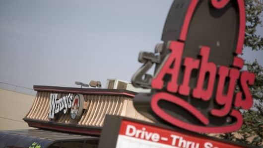 Ein Restaurant-Schild von Arby steht in der Nähe eines Restaurants von Wendy in Lakewood, Colorado