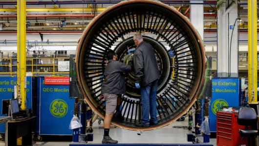 Los hombres trabajan con un motor a reacción en General Electric (GE) Celma, la instalación de reacondicionamiento de motores de aviación de GE en Petropolis, Río de Janeiro, Brasil.