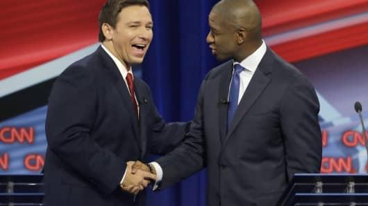 Le candidat au poste de gouverneur républicain de Floride, Ron DeSantis, à gauche, serre la main du candidat au poste de gouverneur démocrate Andrew Gillum après un débat sur CNN, le dimanche 21 octobre 2018 à Tampa, en Floride.