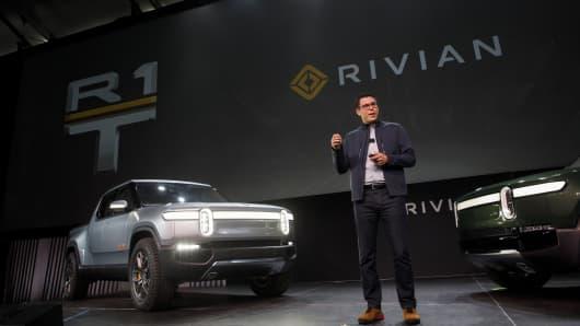 RJ Scaringe, fundador y director ejecutivo de Rivian Automotive Inc., presenta la camioneta eléctrica R1T, a la izquierda, y el vehículo deportivo utilitario eléctrico (SUV) R1T durante un evento revelador en AutoMobility LA antes del Auto Show de Los Angeles en Los Angeles. California.