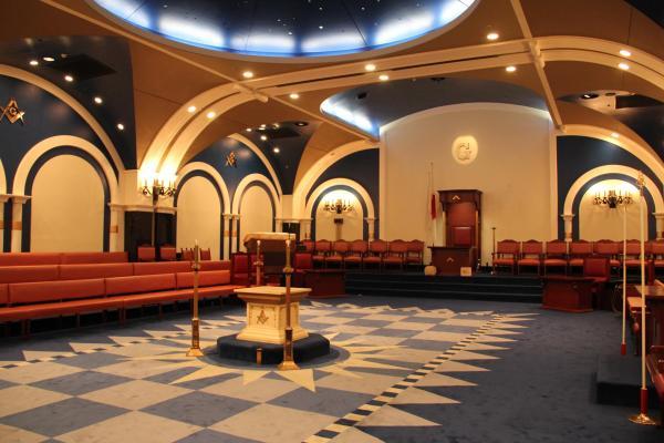 白と青の絨毯に彩られた美しいフリーメイソンのグランドロッジ内部