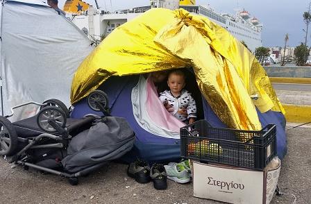 Zelt vor Hafen mit Kleinkind