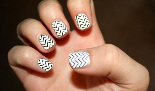 Basic zigzag polish for short nails.