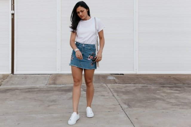 embroidered denim skirt white t shirt sneakers
