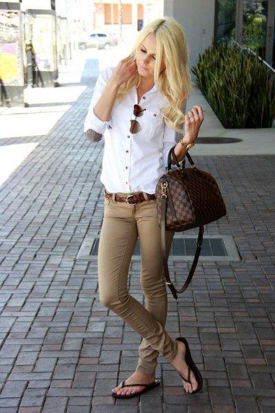 skinny beige pants flip flops outfit