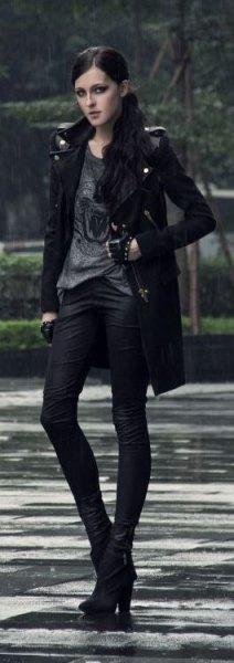grey print tee black skinny jeans