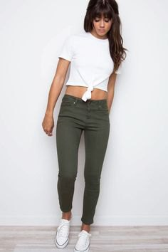 white knotted cropped tee green cuffed skinny jeans