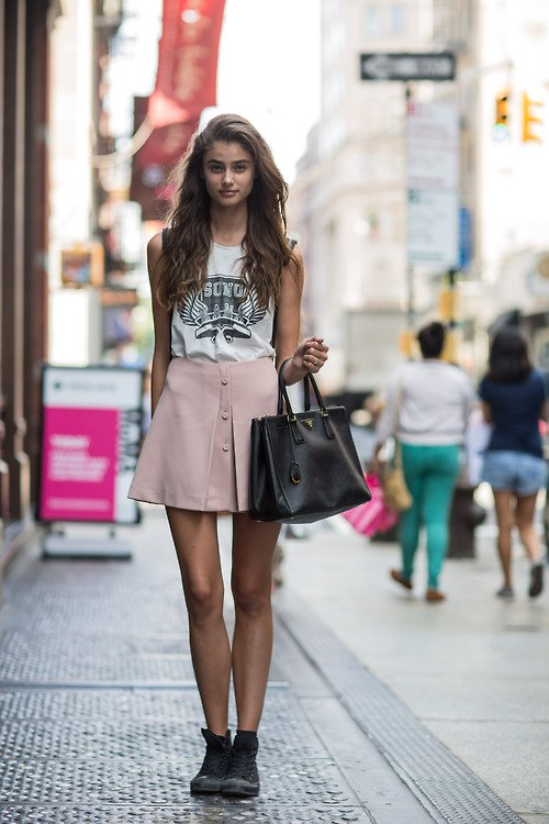 How to pink a wear mini skirt