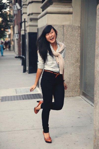 white blouse dark blue skinny jeans