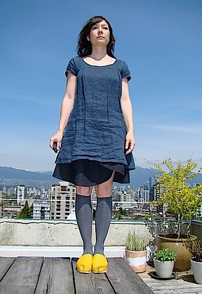 navy linen knee length shift dress yellow shoes