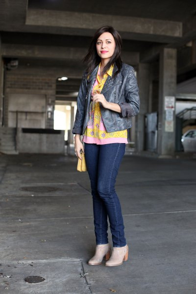 yellow floral button up shirt dark blue skinny jeans