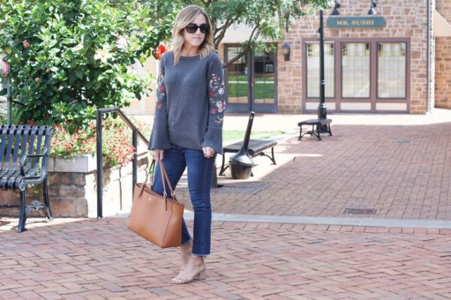 grey knit sweater with blue skinny jeans