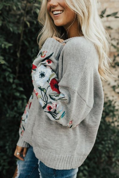 light grey embroidered chunky sweater with skinny jeans