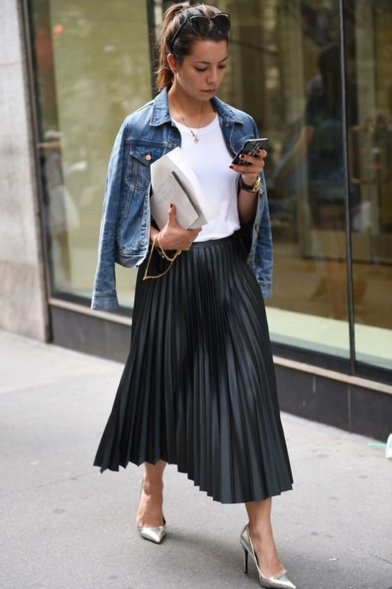 1b4b862ef How to Style Black Pleated Skirt: 15 Low-Key Beautiful Outfit Ideas ...