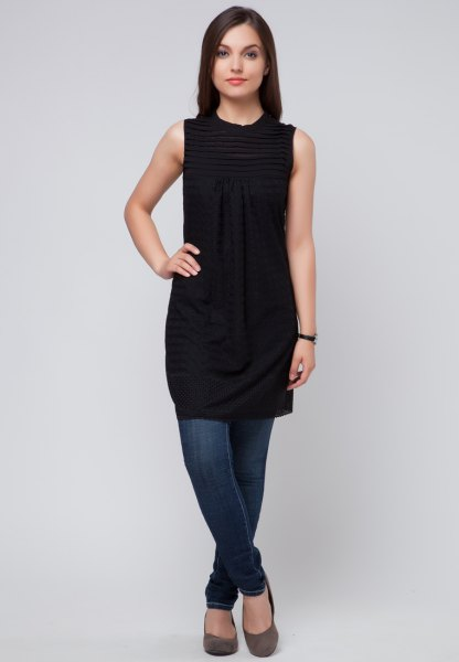 black sleeveless tunic dress with blue skinny jeans