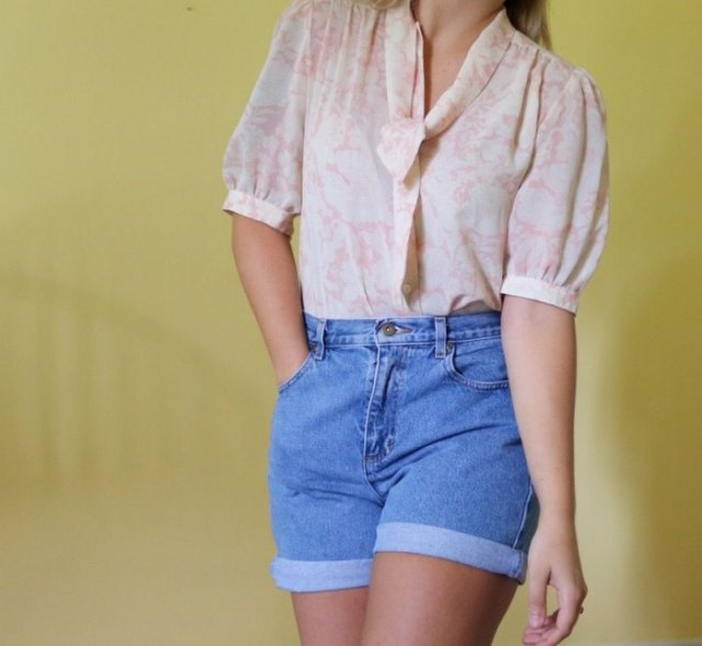blush pink puff sleeve blouse with high waisted jeans