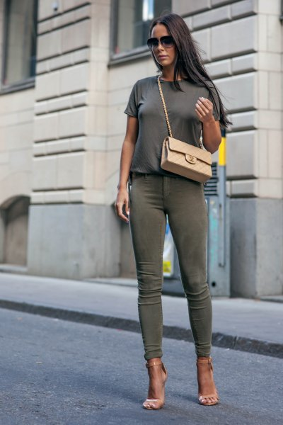 grey t shirt with green skinny khaki jeans and pink heels