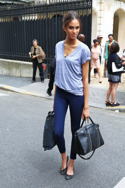 grey v neck t shirt with dark blue skinny ankle pants