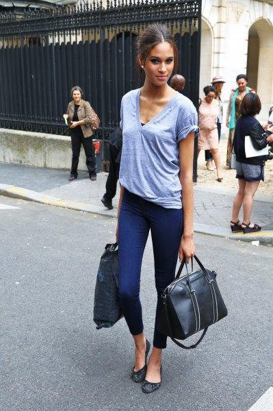 grey v neck t shirt with dark blue skinny ankle pants