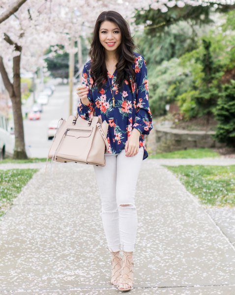 navy floral blouse with pale pink skinny jeans