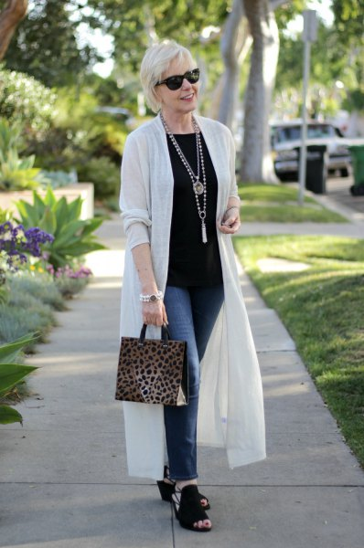 white duster sweater with black t shirt and skinny jeans