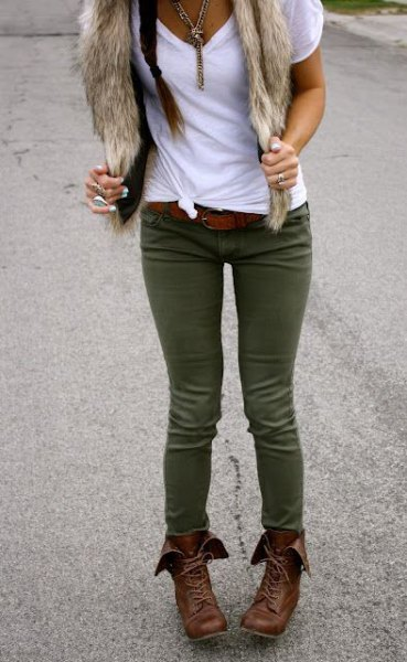 white knotted tee with olive green skinny jeans and faux fur scarf