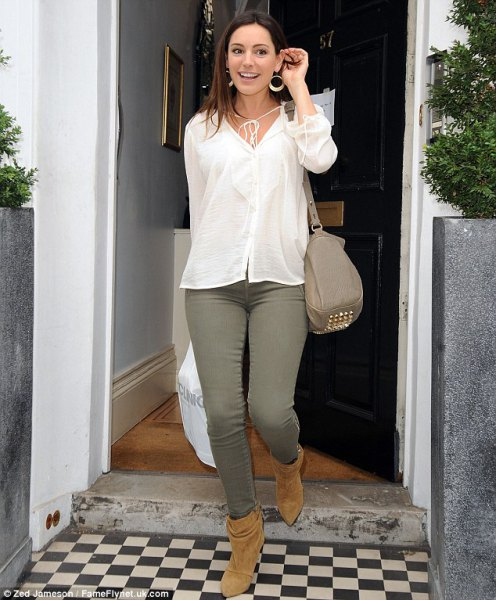 white linen button up shirt with green jeans and camel boots